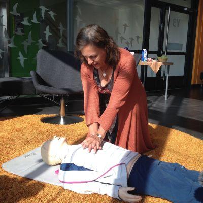 Professor Maaret Castrén demonstrerar hjärt-lungräddning.