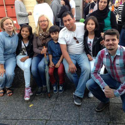 Abbas Karimi med familj tillsammans med Johanna Dikert och Niclas Johansson.