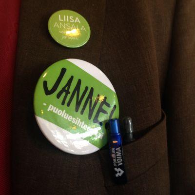 Kampanjknappar för centerns partisekreterarknadidater.
