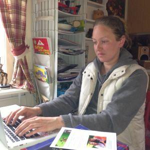 sara hellsten sitter vid sin dator