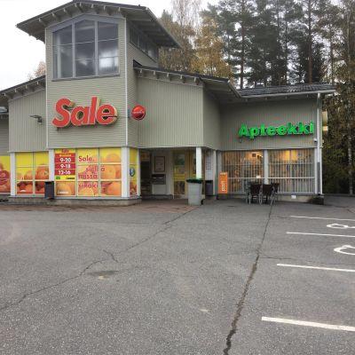 Ylämaalla on päivittäistavarakauppa Sale ja apteekki.