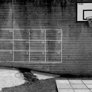 Korgbollsställning och handbollsrutfält på betongvägg
