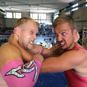 Valentine och Jontti Granbacka brottas