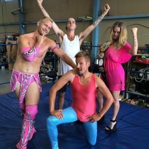Valentine, Anton Larsson, Jontti Granbacka och Malin Björklund poserar i wrestlingringen