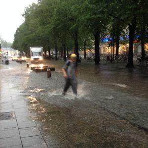 På gågatan i Vasa vadade folk i knähögt vatten.