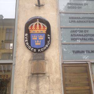 Nedlaggningar av konsulat kritiseras