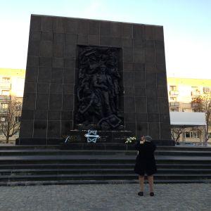 vastapäätä juutalaismuseota on varsovan getton kansannousun muistomerkki