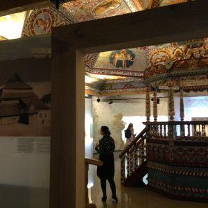 Polin kuva vanhasta synagogasta ja replikan sen sisuksista