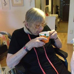 88-åriga Ulla Ekman dricker té