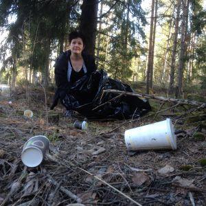 Monica Karlsson framför använda engångsmuggar