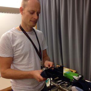 Lau D Ekegren visar några enkla verktyg vid Röda Korsets klinik.
