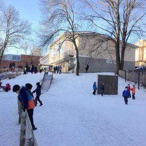 Kärnhuset vid Sirkkala skola under en vinterdag.