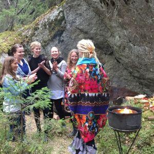 Tuhkimotarinoiden Nanna tapaa ystävänsä loppuhuipennuksessa metsäjuhlissa