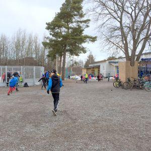 Skolelever på skolgården i Kvevlax skola.