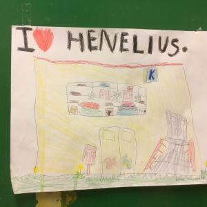 En teckning av ett barn. Bilden föreställer Henelius mataffär som inte längre finns. Texten lyder: I <3 (hjärta) Henelius. Bilden är klistrad på en grön skåpdörr.