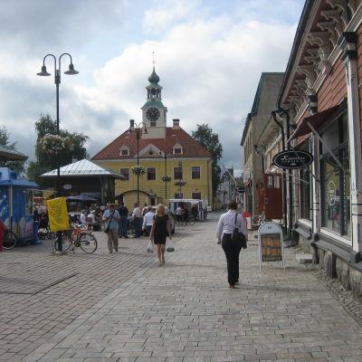 Stadsbild av gamla raumo med den kännskapa gula stenkyrkan i mitten.