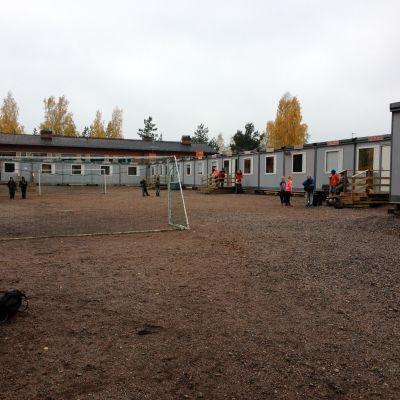 barackskola och skolgård