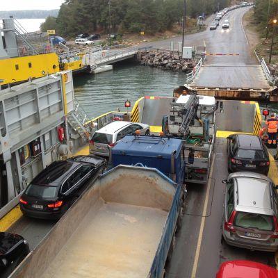 Landsvägsfärjan Sterna med bilar ombord.
