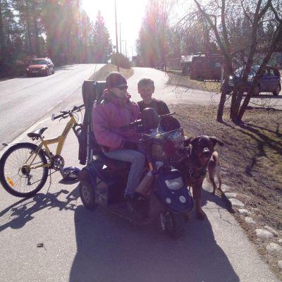 Camilla Ramstedt med son Fredrik på cykelvägen i Liljendal.