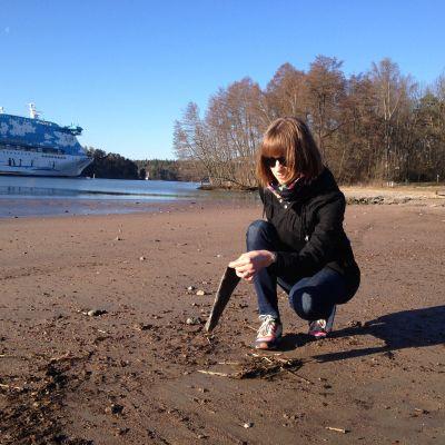Jenny Gustavsson hittar plastskräp på Runsalastranden i Åbo