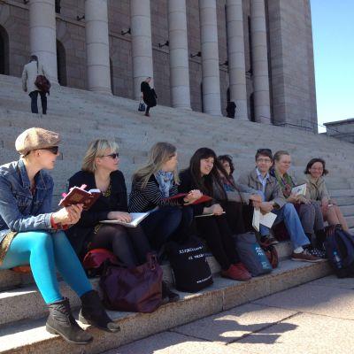 Författare demonstrerar för svenskan: Laura Lindstedt, Kristiina Lähde, Leena Parkkinen, Vilja-Tuulia Huotarinen, Barbro Holmberg, Markus Nummi, Pilvi Pääkkönen, Roosa Meriläinen.