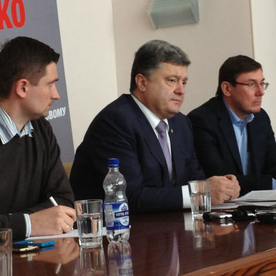 Den ukrainska miljardären och presidentvalskandidaten Petro Porosjenko (i mitten).