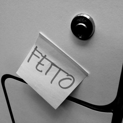 Lapp med ordet fetto klistrad på ett skolskåp