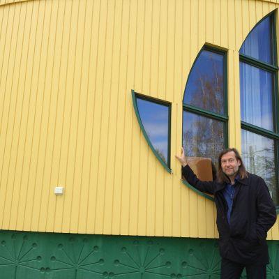 Jan-Erik Andersson vid hans hus Life on a Leaf.