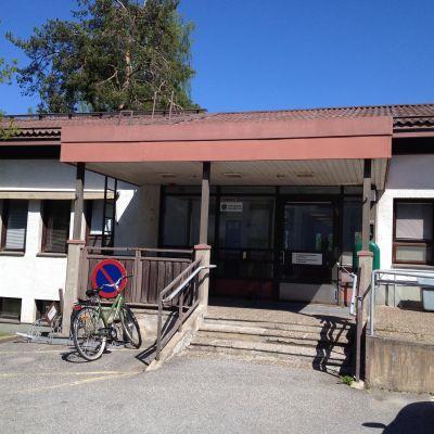 Ingången till Raseborgs avvänjningsklinik i Ekenäs.