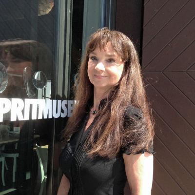 Christina Lindberg utanför Spritmuseum i Stockholm