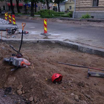 Gatuarbete utanför stadshuset i Borgå