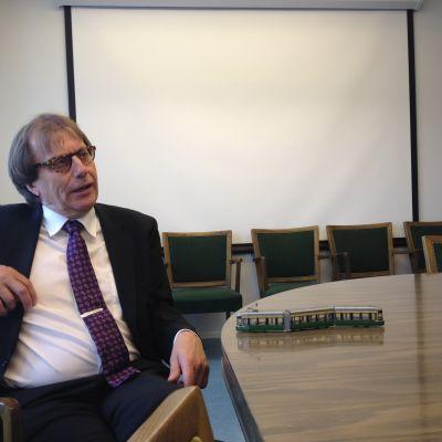 Snart pensionerade Vd:n Matti Lahdenranta vid Helsingfors stads trafikverk i sitt arbetsrum.