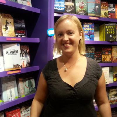 Jessica Andersin vid bokhyllan