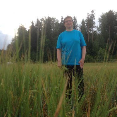 Jordbrukaren Christel Liljeström på jakt efter flyghavre i kornåker