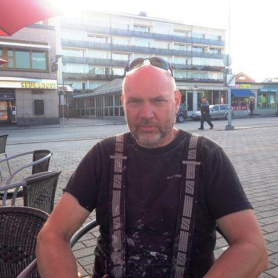 Målar-Mikko Mikael Karlsson vid torgcaféet i Borgå