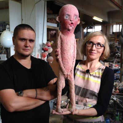 Taiteilija Tommi Toija, Marjut Tervola ja Toijan pissaaja-ukkeli.