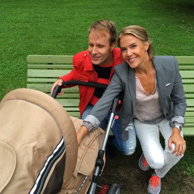 Mikko Kekäläinen ja Ella Kanninen lastenvaunujen äärellä