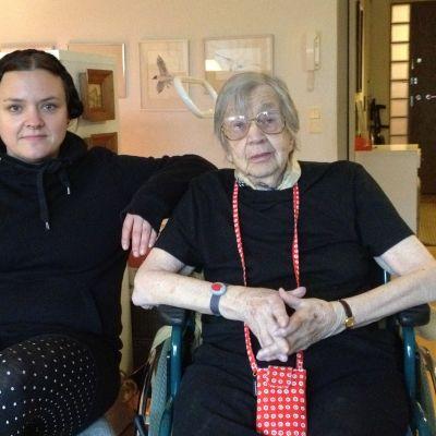 Närvårdaren Jenni Klippa och Ulla Ekman, 88 år