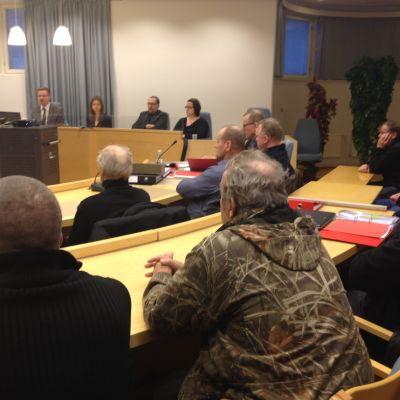 Det blev fullt i salen i Karleby tingsrätt när de 15 åtalade, deras 5 ombud, journalister och övriga åhörare skulle in.