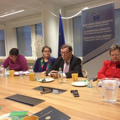 Mep:ar på presskaffe i Helsingfors 21.11.2014