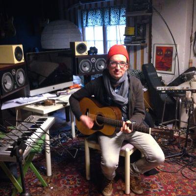 en musiker i sin studio