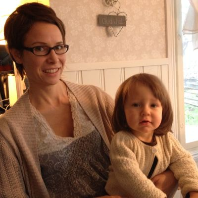 August sitter i sin mamma Carina Lunds famn