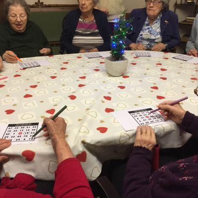 Åldringar spelar bingo på serviceboendet Hemmet i Åbo.