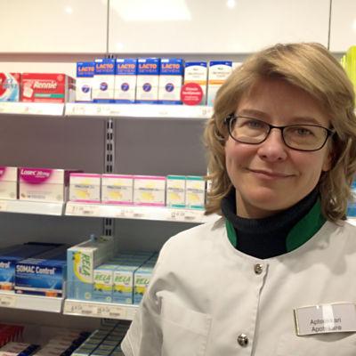 Apotekare Anja Borgmästars framför medicinhyllor