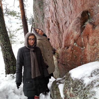 Ulla-Lena Lundberg ja Marjut Tervola Juusjärven kalliomaalauksilla