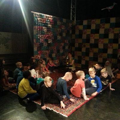Sanna Hietala läser för barn från Strömbergin koulu