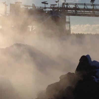 Malmhögarna ryker i Talvivaara vintern 2015