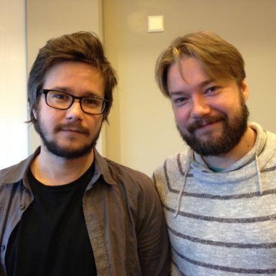 Skådespelarbröderna Willehard och Jan Korander spelar polisbröderna Charles och Östen Berglund i filmen Lola uppochner