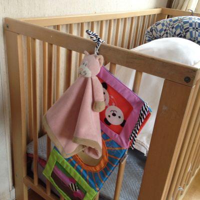 Spjälsäng med hängande leksaker