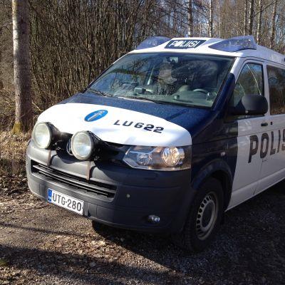 En polisbil vid sidan om vägen.